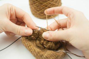 Tricoter des torsades sans aiguilles à torsades : un pas à pas en vidéo et en images - Tisserin Coquet