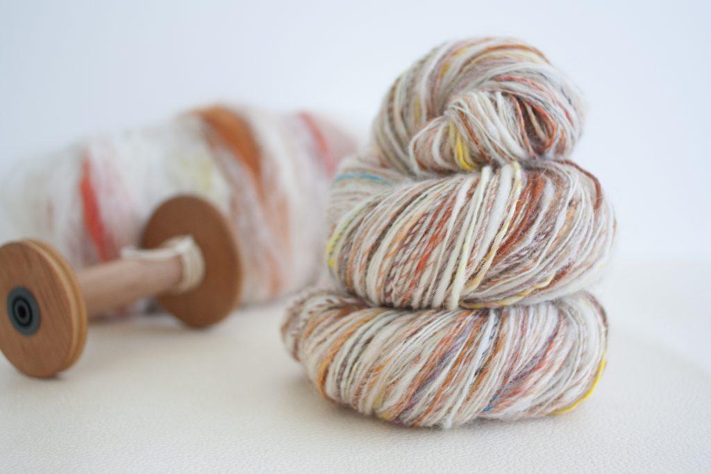 Une nappe de Maco-Merino transformée en laine fingering barber-pole. Je peux déjà imaginer le résultat, et vous ?